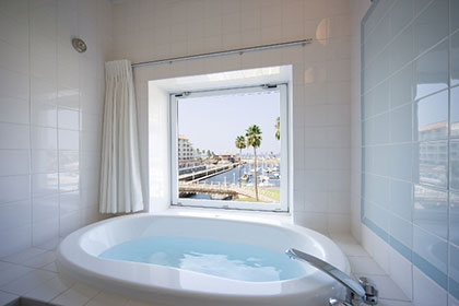 Sample balcony twin room ocean view bath!
